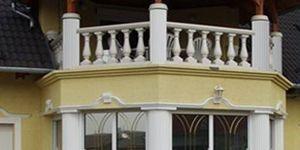 Verglaste Kolonnaden und Balustraden mit Dekosäulen