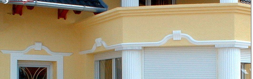 Verzierte Architrave über Terrassenfenstern